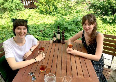 zmitz im Sommer: Auf einen Eistee mit Adina und Steffi Friis